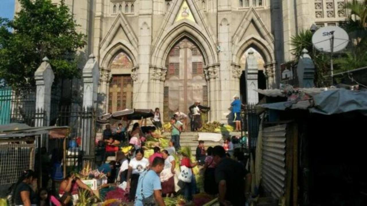 En la imagen, la iglesia El Calvario, en el centro capitalino, donde ya se ven las palmas para la procesión que conmemora el ingreso de Jesús en Jerusalén