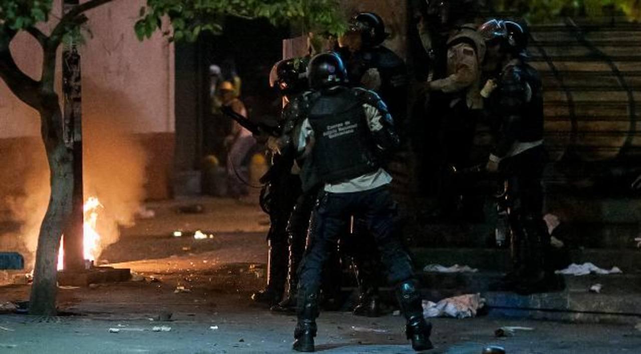 La Policía Nacional Bolivariana (PNB) se enfrenta, ayer, a un grupo de opositores en el sector Chacao. foto EDH / efe