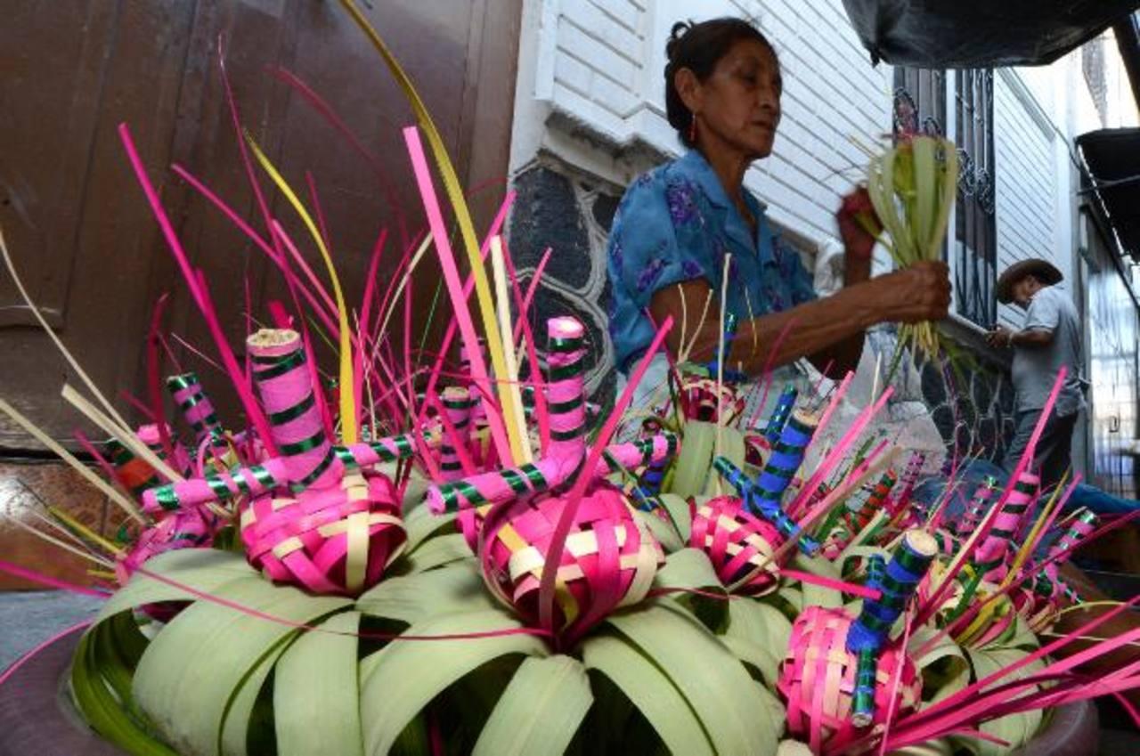 Irene Mendoza, quien elabora los ramos para luego ser vendidos en el lugar, dice que sus precios varían entre uno y cinco dólares.