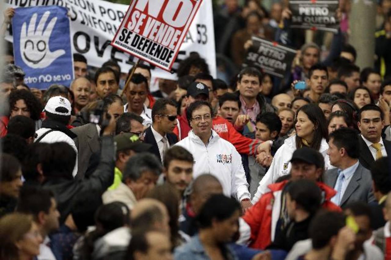 Santos restituye a alcalde de Bogotá por orden de juez