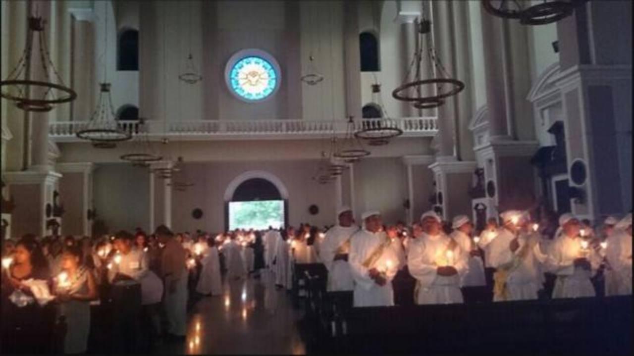 Católicos celebran la Vigilia Pascual en El Salvador