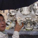 Aquí de guía frente a la fuente de Vernini, en la Plaza del Panteón Romano, un edificio del año 27 antes de Cristo. FOTO EDH Fotos Lisseth Lémus.