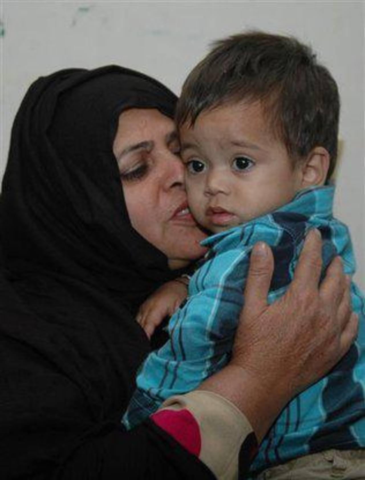 Menor es consolado en la oficina de un abogado en Lahore, Pakistán, el jueves 3 de abril de 2014.