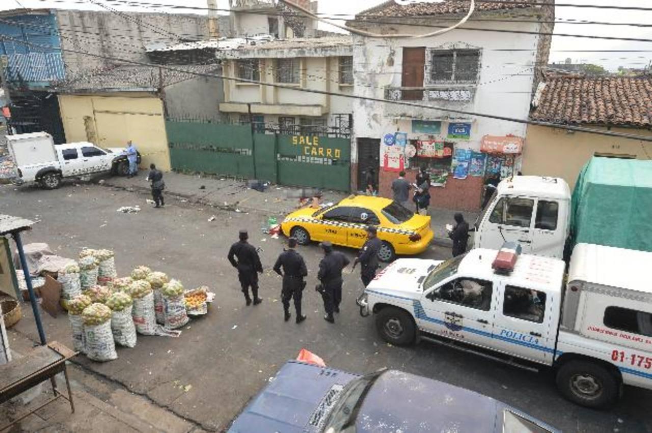 El empleado municipal y el vigilante fueron asesinados en la colonia Ferrocarril, donde los delincuentes se disputan el control de la venta de drogas y extorsión. Foto EDH / Jaime Anaya