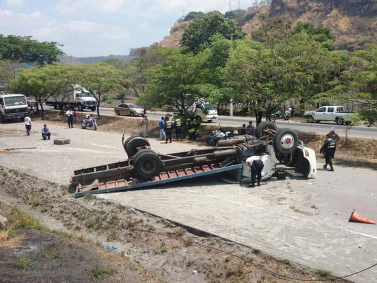 El camión placas C 75-916 volcó sobre el kilómetro 35 de la Autopista a Comalapa. Foto vía Twitter Douglas Urquilla