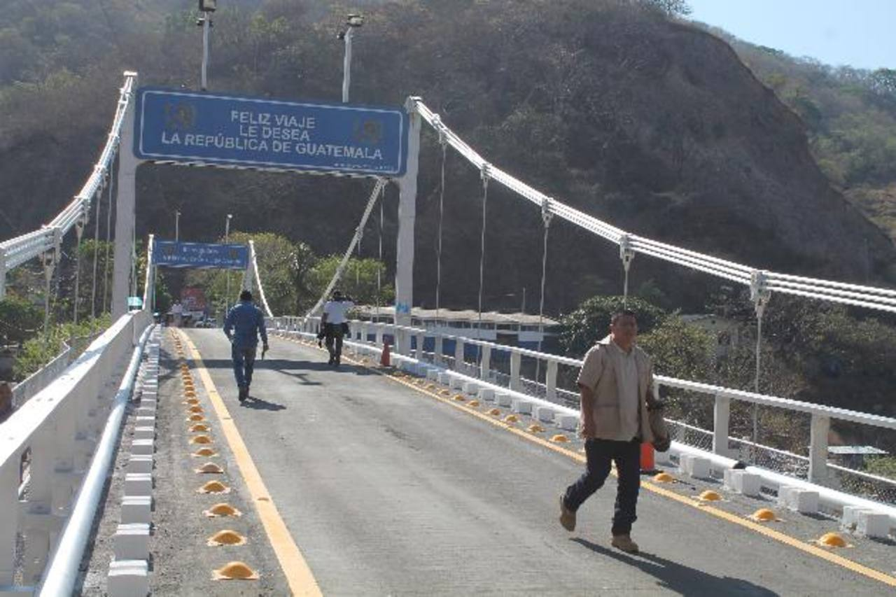 Los autobuses ya pueden circular por la frontera en Las Chinamas. foto EDH / Roberto Zambrano