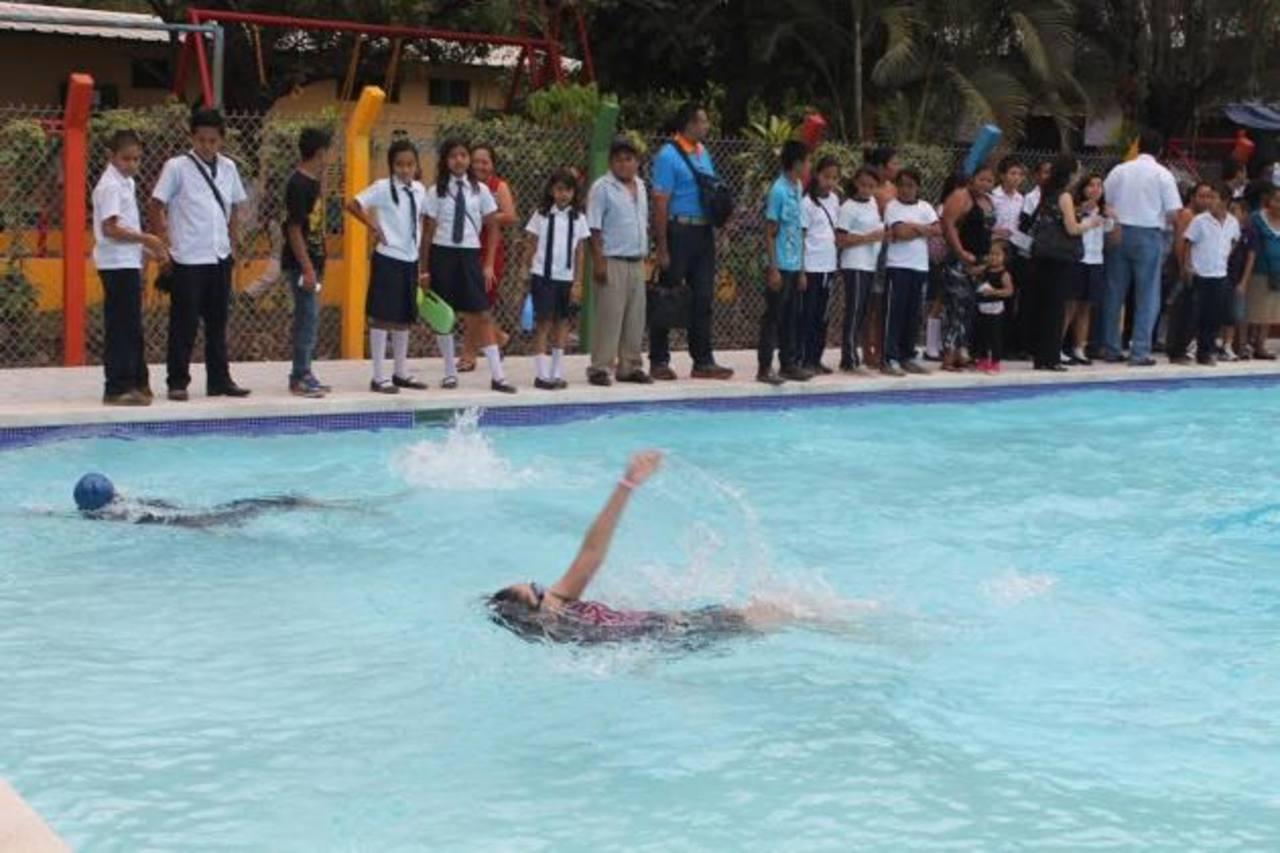En el nuevo centro habrán cursos de natación para los niños y jóvenes que quieran aprender esta disciplina, aseguraron las autoridades. Foto EDH/ Roberto Zambrano