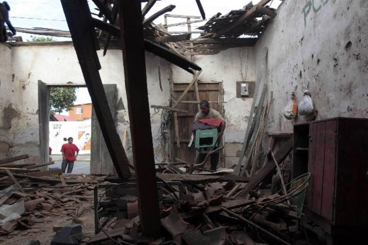 Un habitante de Nagarote, 40 km al noroeste de Managua, trata de rescatar sus pertenencias. Ésta fue la ciudad más afectada por el terremoto y sus réplicas. foto edh / reuters