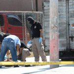 Las autoridades procesan escena del múltiple crimen para identificar a las víctimas. Foto EDH / Claudia Castillo