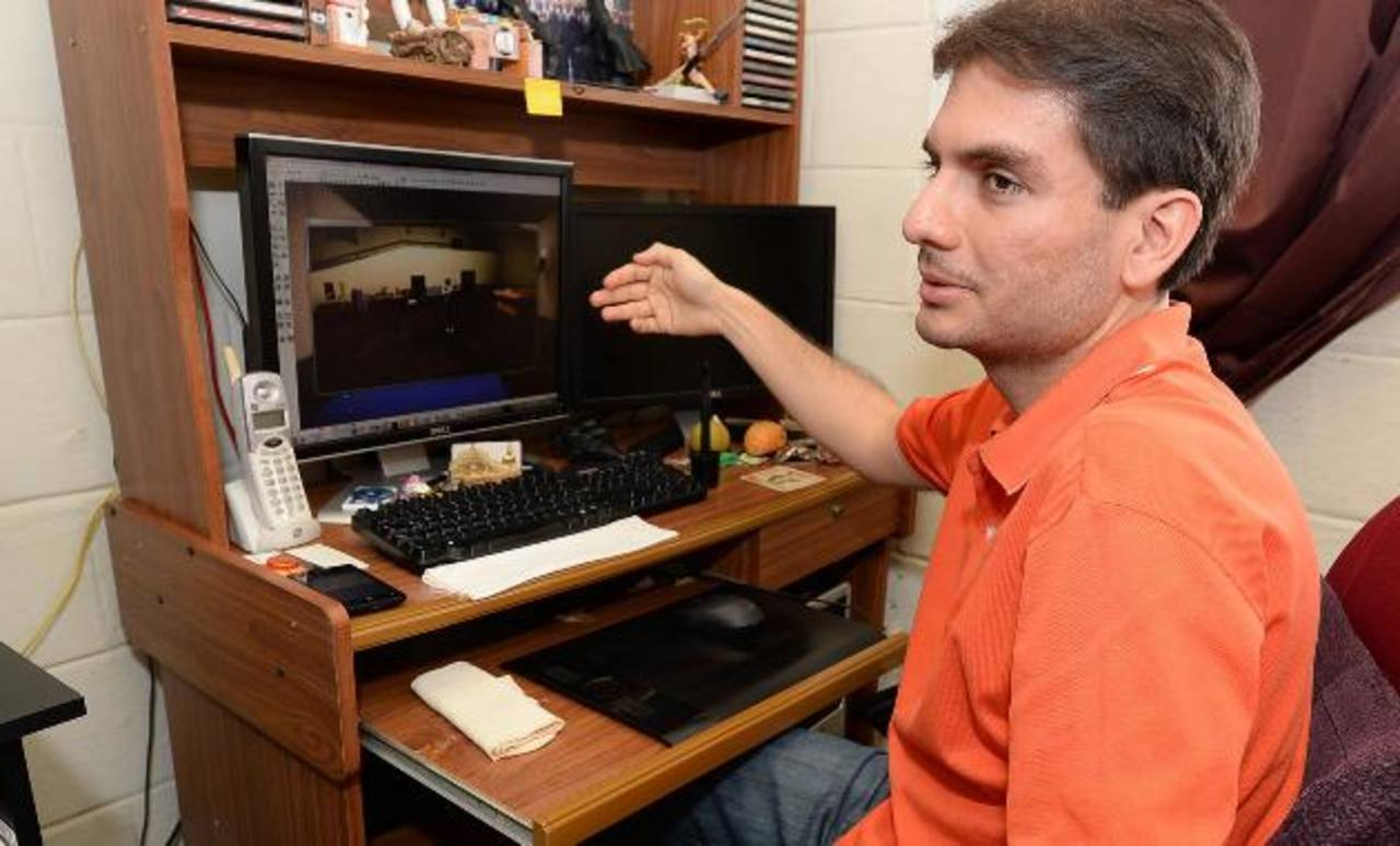 Sergio Rosa nos muestra desde el estudio de su casa cómo funciona el juego y su potencial. FOTO EDH/ HUBER ROSALES