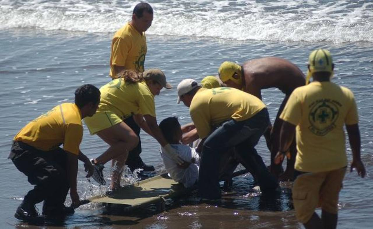 Socorristas de 28 seccionales de Comandos de Salvamento se desplazarán a playas y sitios turísticos. foto edh/ archivo