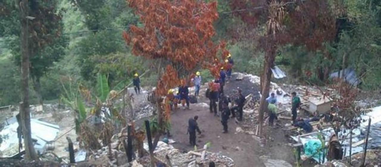 """Las autoridades realizaban ayer labores de rescate en la zona de la tragedia, un lugar conocido como """"La montaña de oro"""". foto edh/Tomada del diario El Colombiano"""