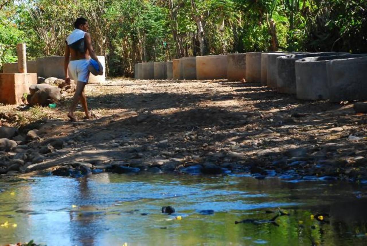 Quebrada en el caserío El Manantial, del cantón Las Maderas en La Unión, en donde se registran casos de leishmaniasis; al mosquito transmisor de esa enfermedad no le gusta el agua limpia. Foto EDH /archivo
