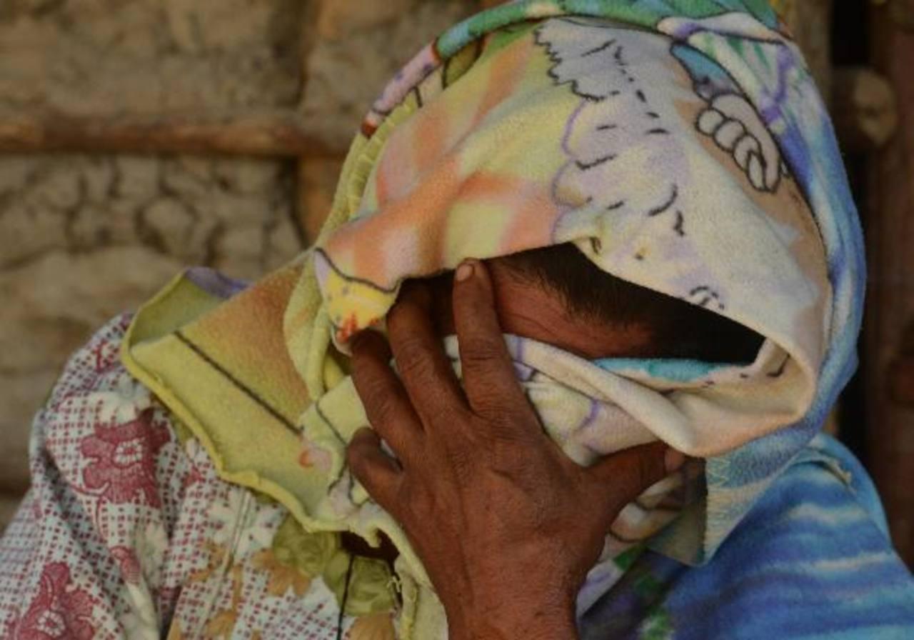 Una mujer llora por la muerte del comerciante Juan Carlos Chévez, ayer en Panchimalco. Foto EDH / Éricka Chávez