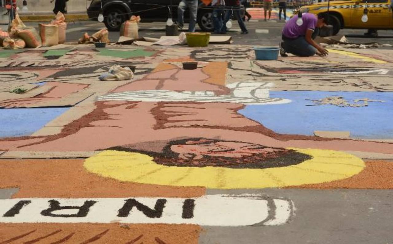 75 metros midió la alfombra de la Alcaldía de San SalvadorLa sal y el aserrín son los materiales utilizados en las alfombra. Foto edh / ericka Chávez