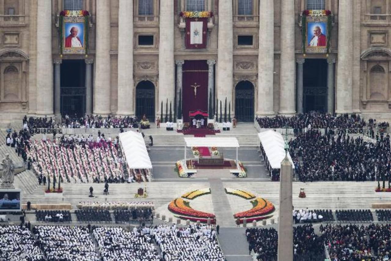Vista general de la Plaza de San Pedro durante la ceremonia de canonización oficiada por el Papa Francisco. Foto EDH