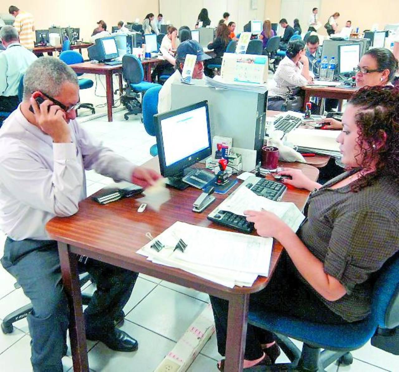 La aplicación de Hacienda permitió que durante el ejercicio fiscal 2012, el 32 por ciento de las declaraciones fueran presentadas electrónicamente. Foto EDH / archivo