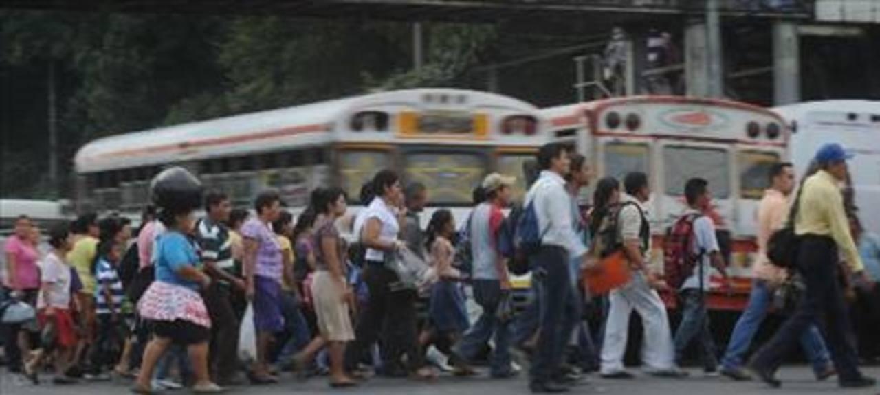 Multan a peatones por no utilizar pasarela