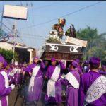 Salvadoreños viven con devoción el Vía Crucis
