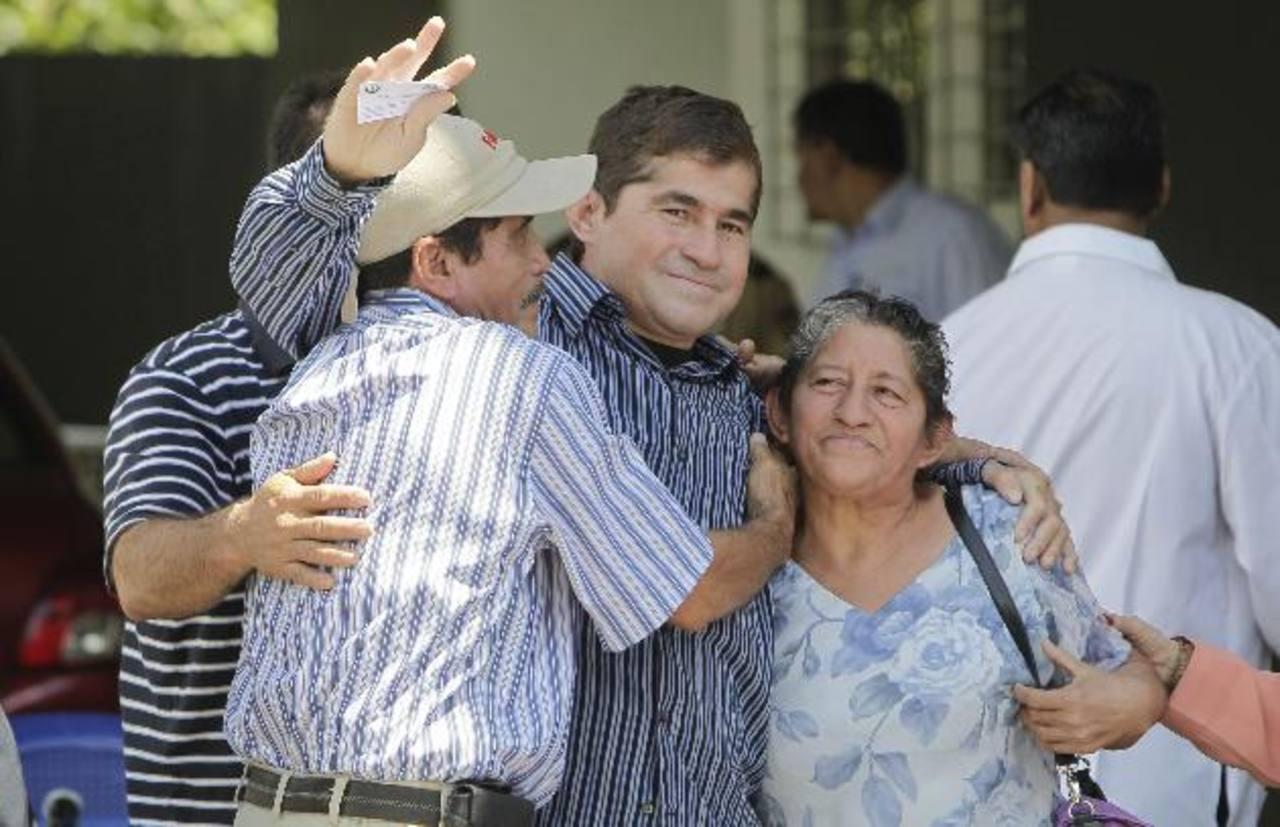 Salvador Alvarenga, de 37 años, sufre de parásitos por ingerir alimentos crudos y en malestado. Foto EDH / Archivo