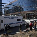 Medios esperan afuera del hospital para conocer el estado de las víctimas.