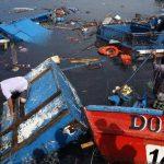 Pescadores verifican los daños causados por el terremoto. Foto/ Reuters