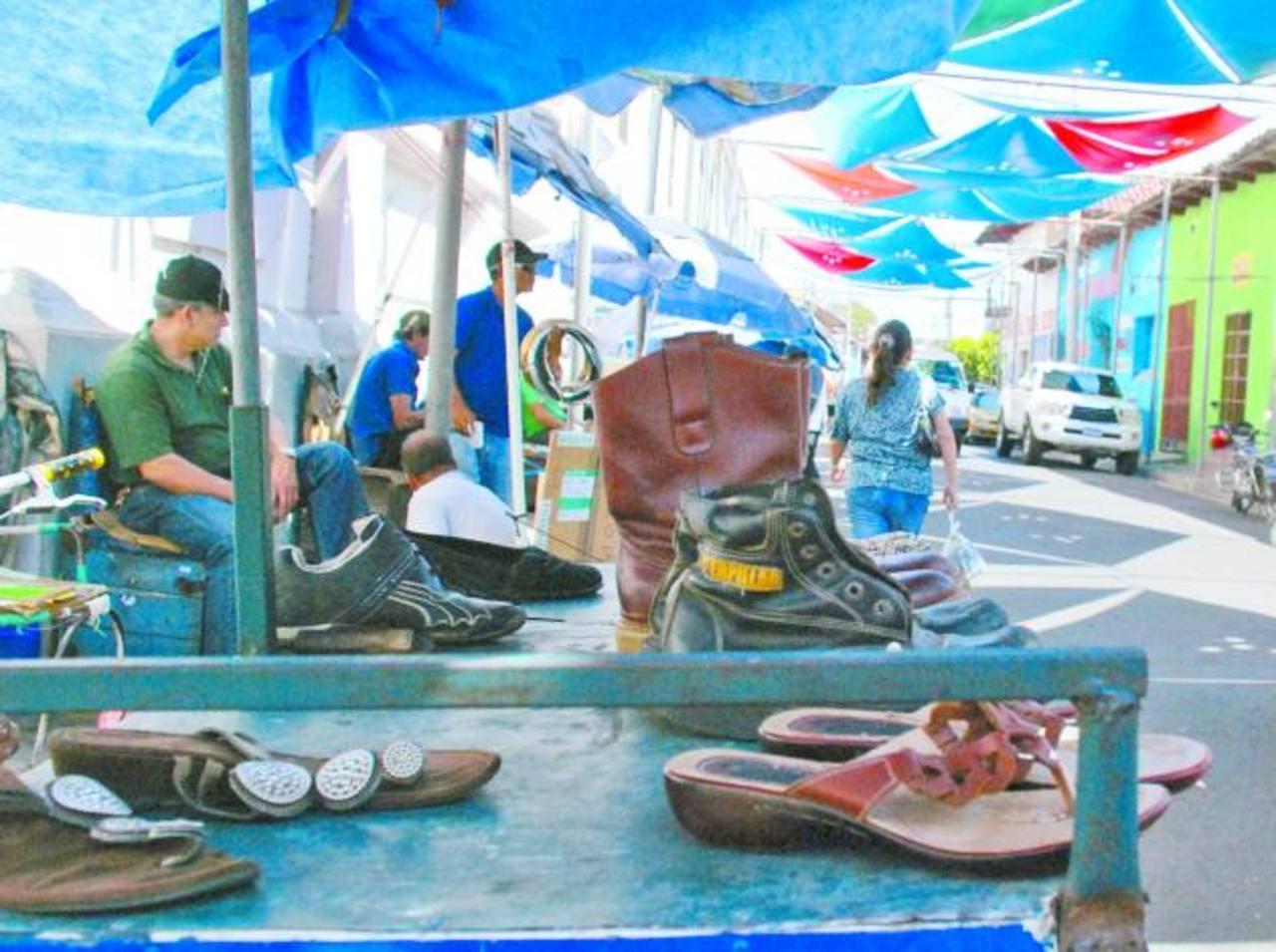 Los zapateros se quejan porque trabajan a la intemperie. Foto EDH/ Lucinda Quintanilla