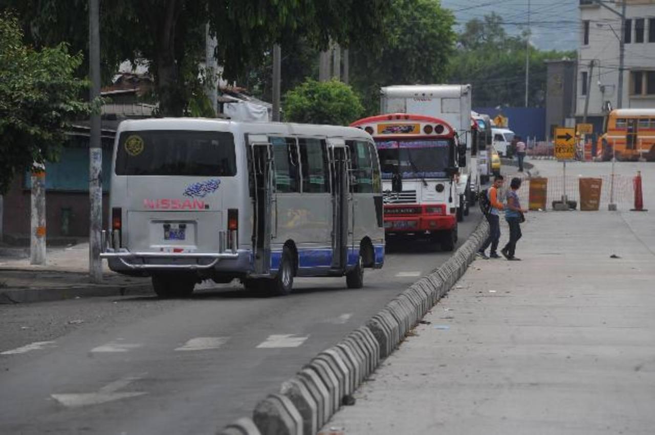 Microbuses de la ruta 52 circulan en sentido contrario en la 20a. Avenida Norte y la alameda Juan Pablo II (cerca de La Constancia), donde la circulación es de oriente a poniente.