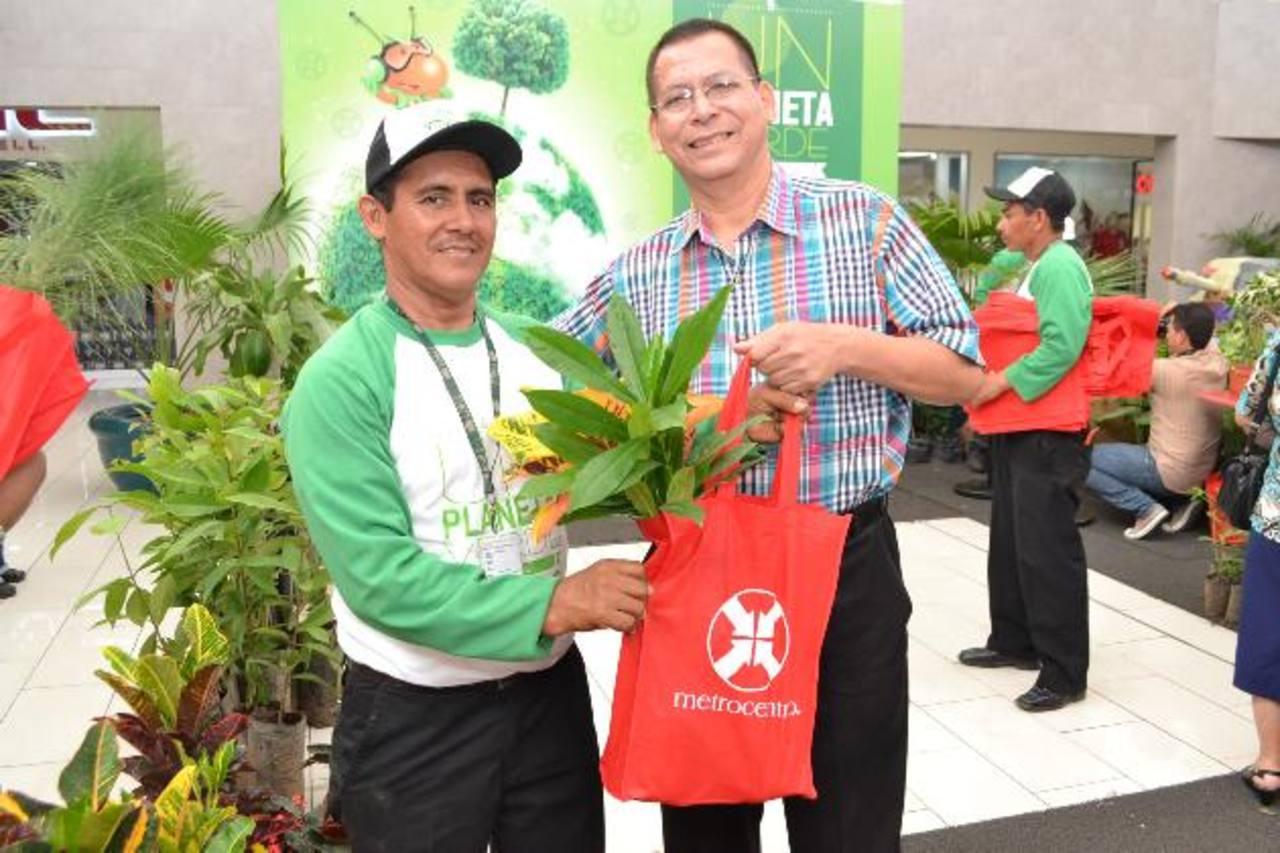 Salvador Monterrosa, jefe de mercadeo de Metrocentro, realiza la entrega a un cliente. Foto EDH /Mario Díaz