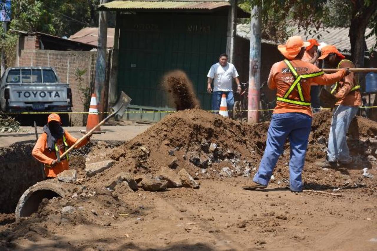 Ayer, equipos del Fovial laboraban en la nivelación del terreno entre la vía de acceso a la colonia Santa Cristina y carretera Litoral. Luego se colocarán las tuberías.