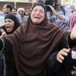 Una familiar de un seguidor de los Hermanos Musulmanes llora tras conocer el fallo que condena a muerte a islamistas. foto edh / efe