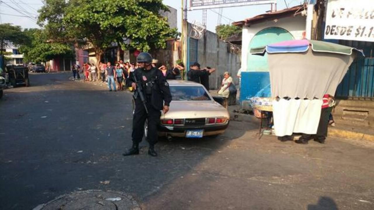 Agentes de la PNC realizan registros en el centro capitalino.
