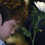 Un niño participaba en el homenaje a las víctimas del ferry surcoreano que se hundió el 16 de abril.