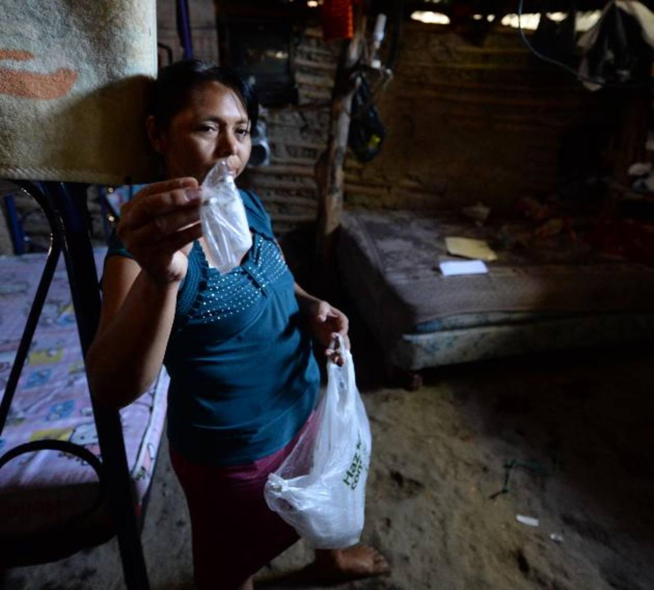 María Patricia Vásquez, madre del infante, muestra las bolsas en las que guardan la insulina.