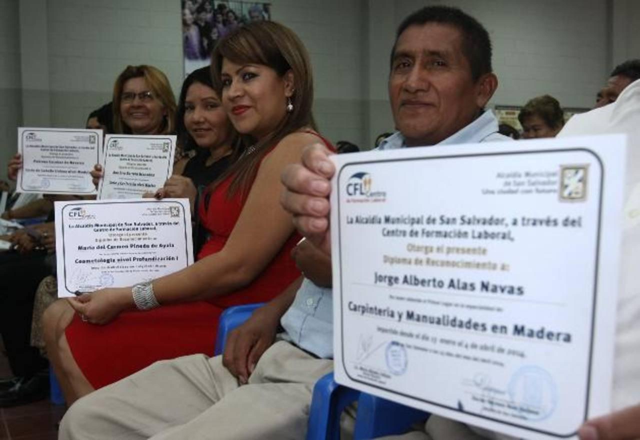 Ayer, los favorecidos recibieron sus diplomas de participación. Foto EDH / cortesía