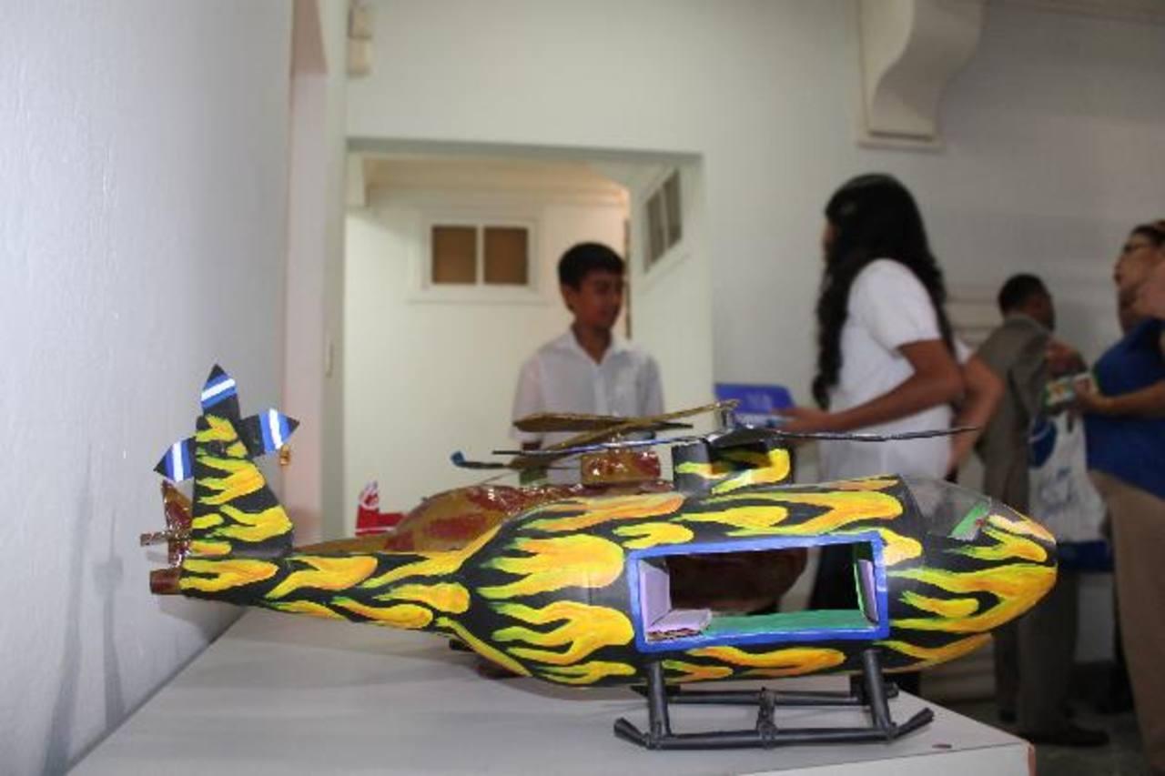 Durante la actividad los estudiantes expusieron artesanías elaboradas con artículos reciclados. Foto EDH / Cristian Díaz