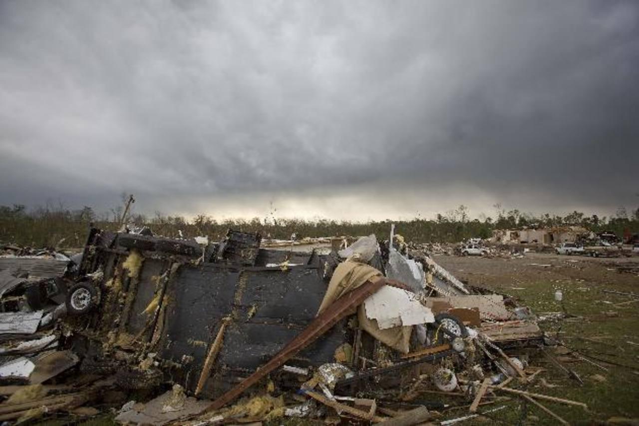 Enormes nubarrones se cernían ayer sobre Mayflower, Arkansas, donde muchas viviendas han quedado como escombros luego de los tornados que han arrasado con varios estados.edh/REUTERS