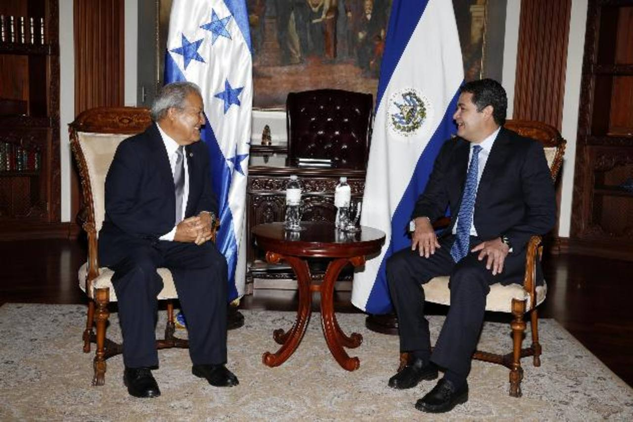 Salvador Sánchez Cerén y el presidente de Honduras durante la reunión en casa presidencial del vecino país. Foto EDH / efe