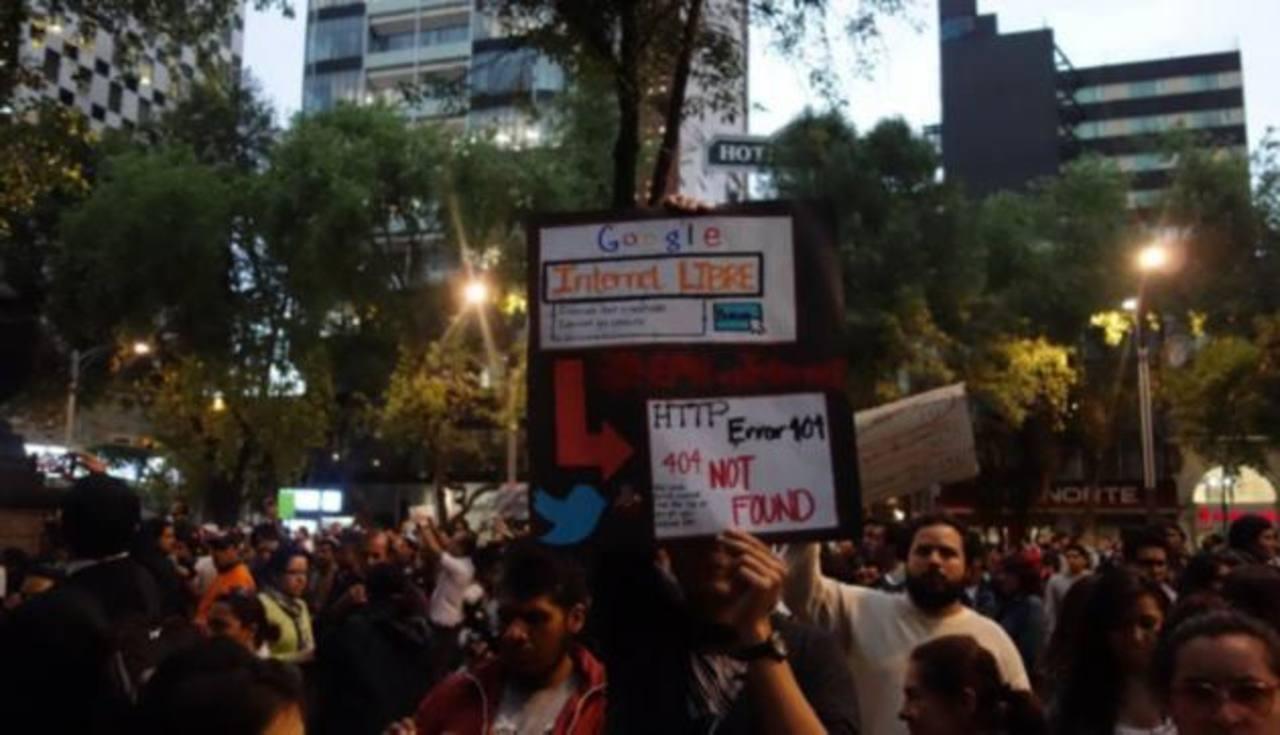 """Manifestantes que portaban carteles que afirmaban """"No a la censura"""" y """"Libertad de expresión"""" caminaron por la avenida Paseo de la Reforma"""