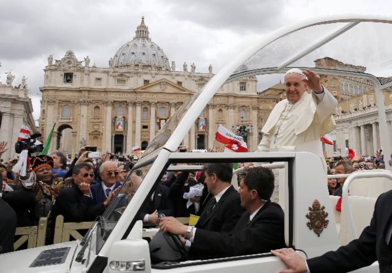 Después de la homilía el Papa Francisco saludó y agradeció a los peregrinos por su asistencia. Foto EDH/ REUTERS.