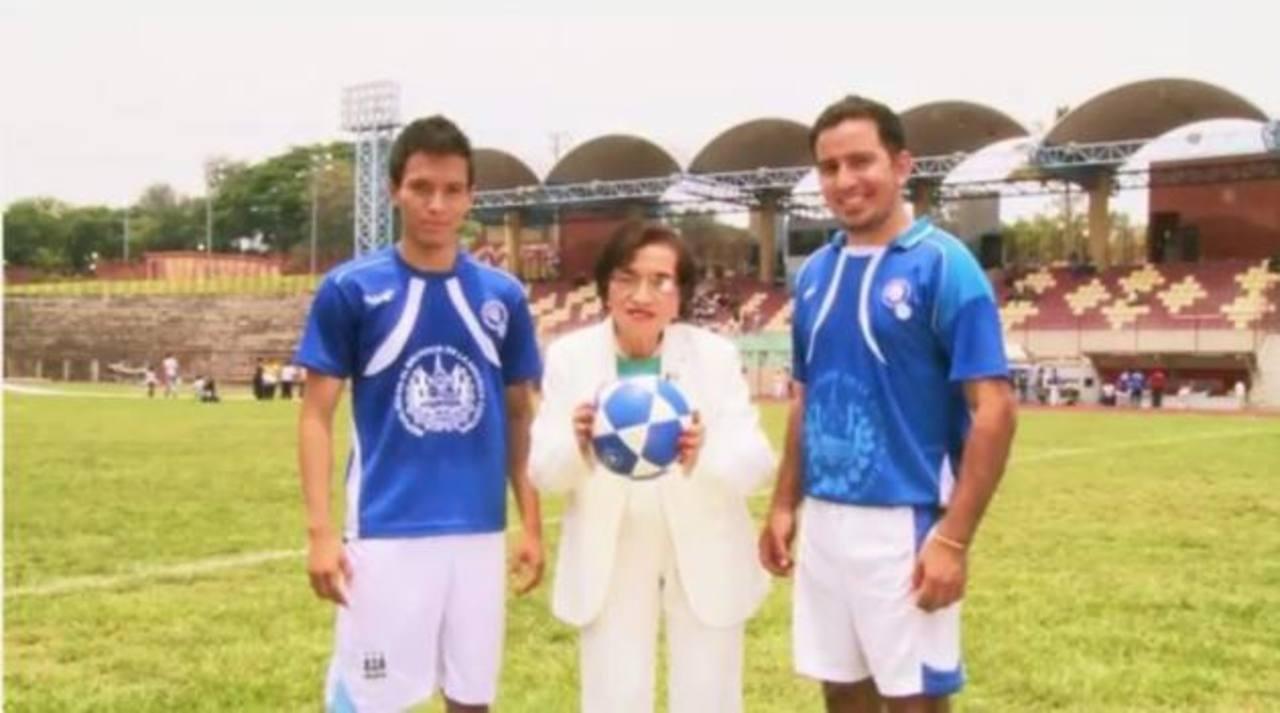 Video: Ministra de Salud llama a la vacunación jugando fútbol