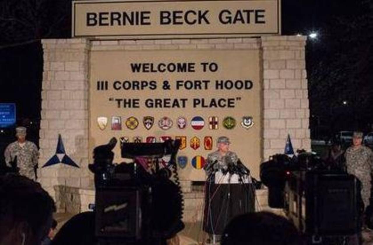 El teniente general Mark Milley, comandante general del III Cuerpo y de Fort Hood, conversa con la prensa en la entrada de la base militar de Fort Hood. Foto /AP