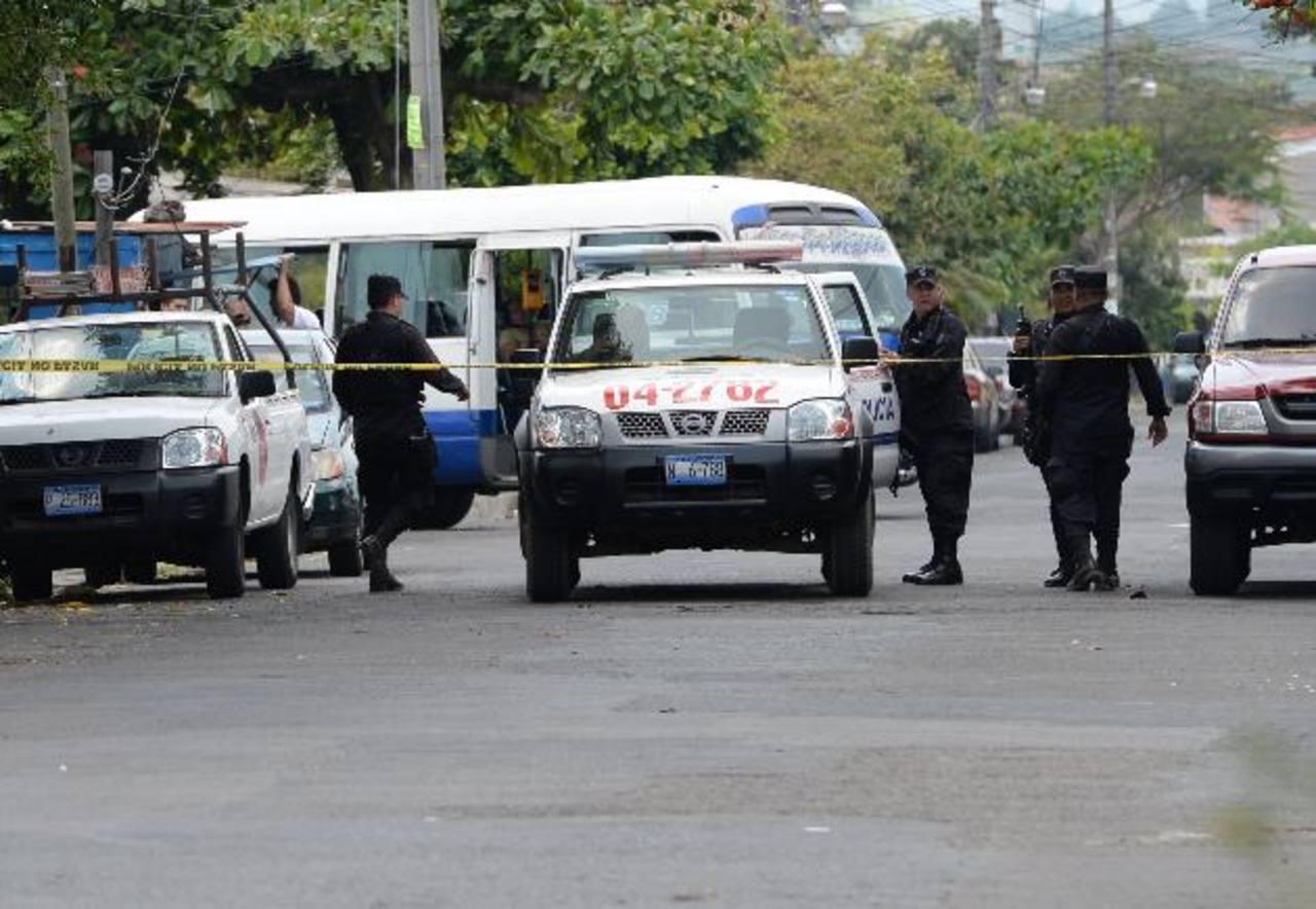 Policías custodian escena donde asesinaron a un hombre en la capital. Foto EDH / Claudia Castillodfdfdf dsfd safd sf sdf dsaf sadf sdf sdf dsf sadf sdaf asdf dsfdsaf