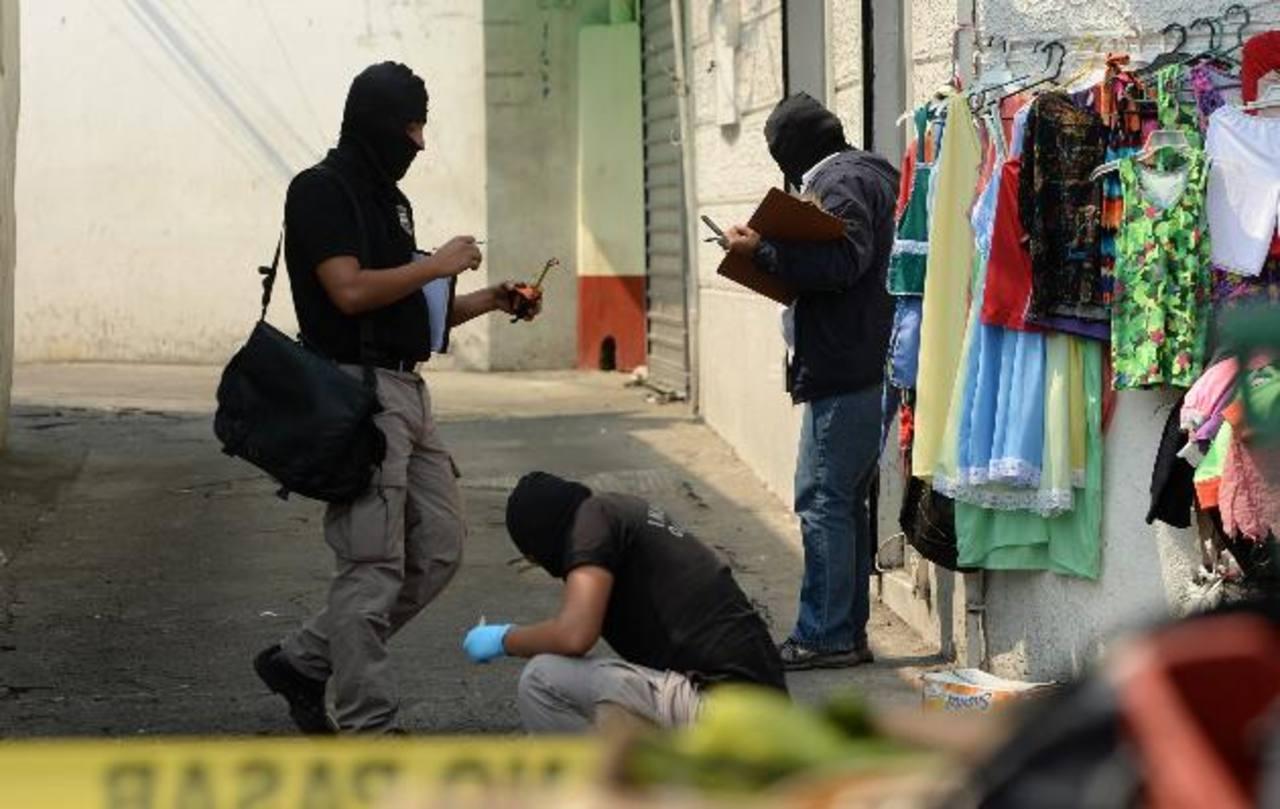 Mario Romero fue ultimado en la calle Gerardo Barrios. La Policía dijo que era vendedor ligado a pandillas. Foto EDH / Marvin Recinos.