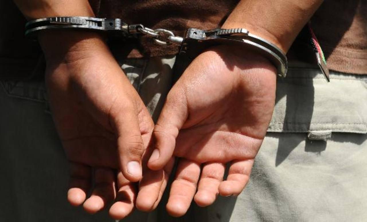 En el transcurso del año, las autoridades policiales y fiscales han capturado a ocho policías por tener vínculos con maras.