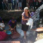 En Chalchuapa, Santa Ana, acostumbran a lavar las túnicas que vestirá el Señor durante la Semana Santa.
