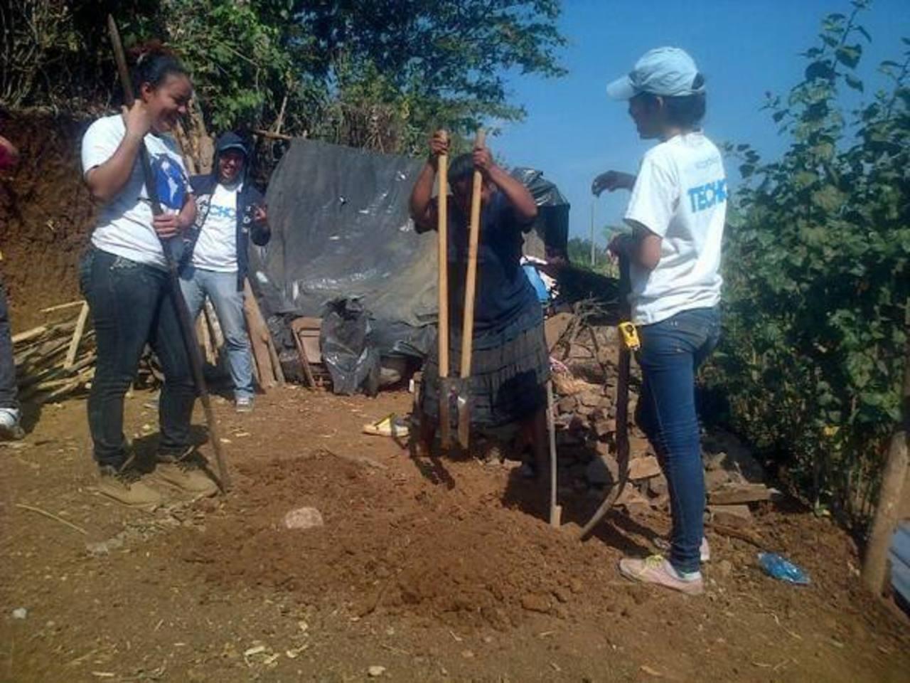 Universitarios y colaboradores de DHL, junto a miembros de la comunidad, participaron en la jornada. foto edh cortesía