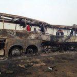 Camión calcinado luego de incendiarse, en Veracruz, México. Foto de twitter @HojasPoliticas