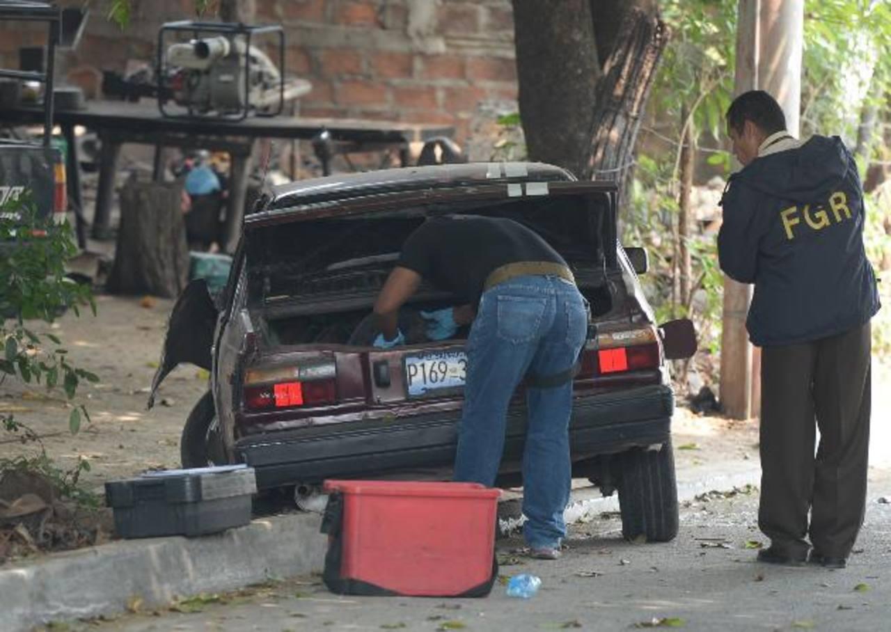 Policías inspeccionan el auto en que viajaban pandilleros 18 Revolucionarios que pretendían asesinar a un cabecilla Sureño. Foto EDH / Archivo.
