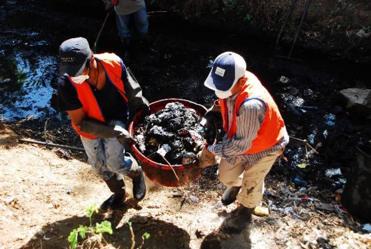 Autoridades de la comuna migueleña piden a la ciudadanía que les colabore en evitar lanzar basura a drenajes.